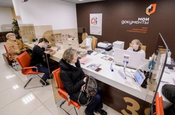 Сотрудник МФЦ принимает документы и составляет реестр, с которым знакомит под роспись заявителя