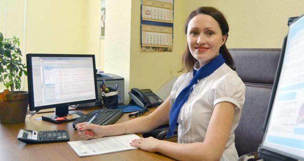 Сотрудник ПФР делает перерасчет пенсии
