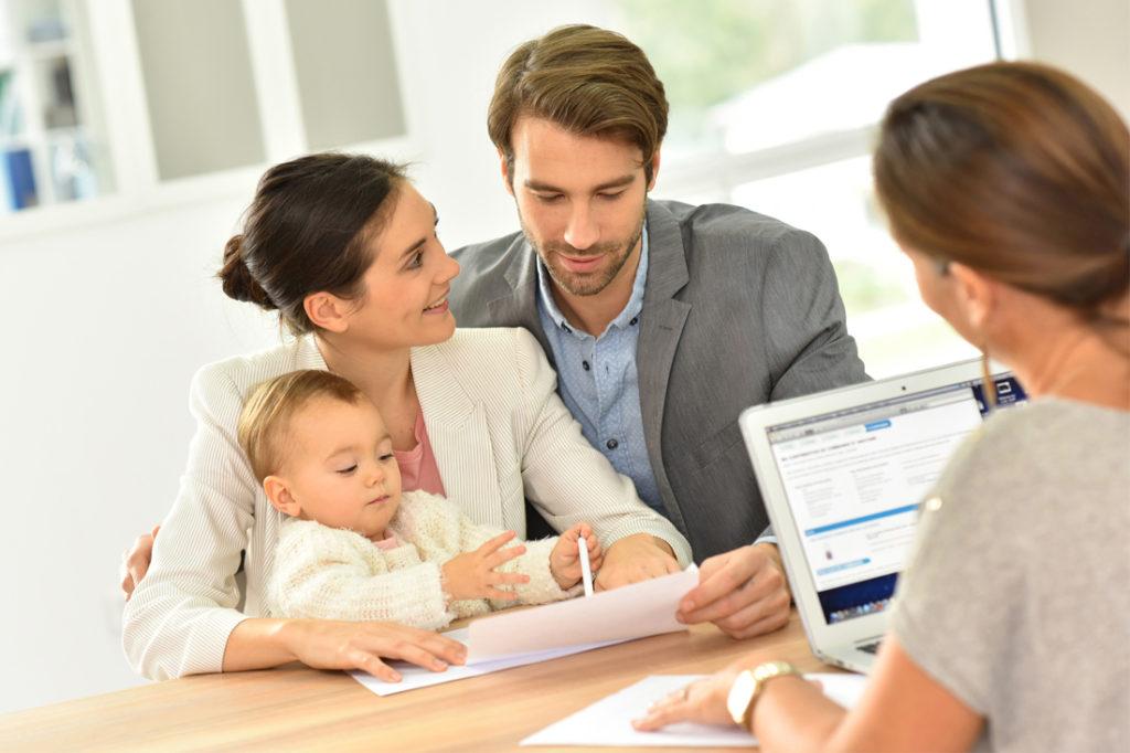 Вскоре после получения сертификата семья должна заключить договор с продавцом и открыть счет в банке