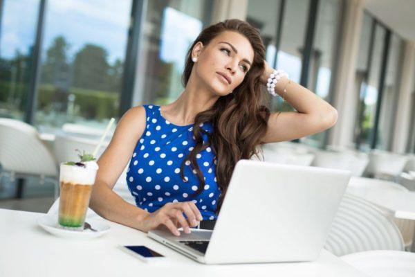 Женщина-предприниматель работает