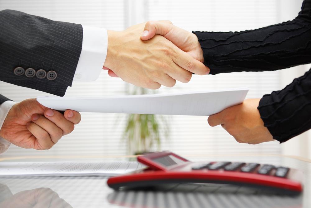 Для того, чтобы сотрудники компании имели право дать гражданину займ, необходимо заключить договор